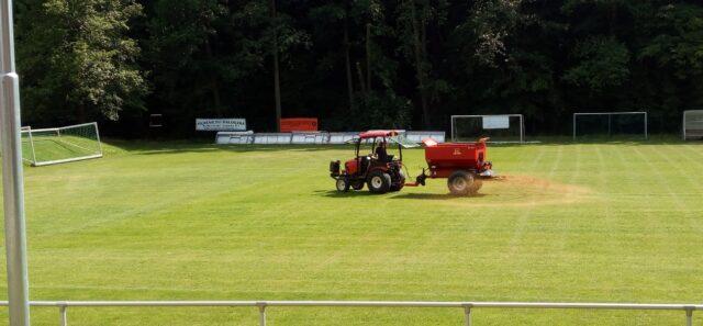 Letní regenerace travnatého fotbalového hřiště